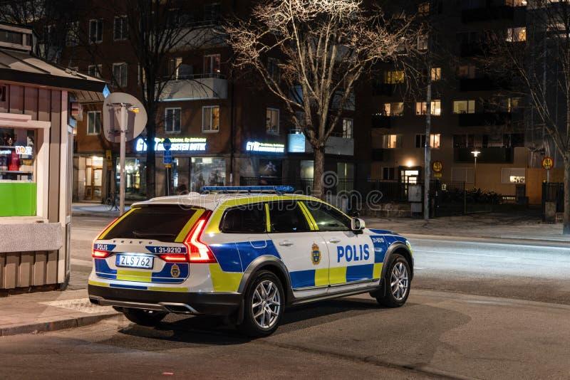 Het Zweedse politie patrouilleren in een het landgoedauto van Volvo V90 stock afbeeldingen