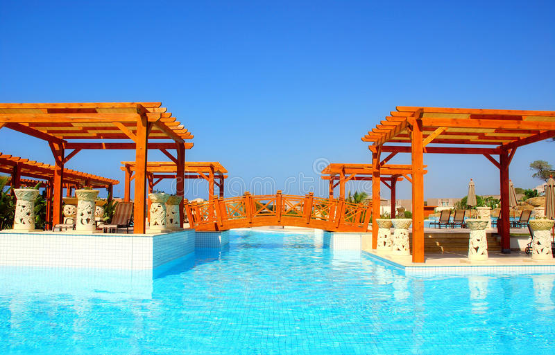 Het zwembad en de pergola van de luxe in toevluchthotel royalty-vrije stock foto's