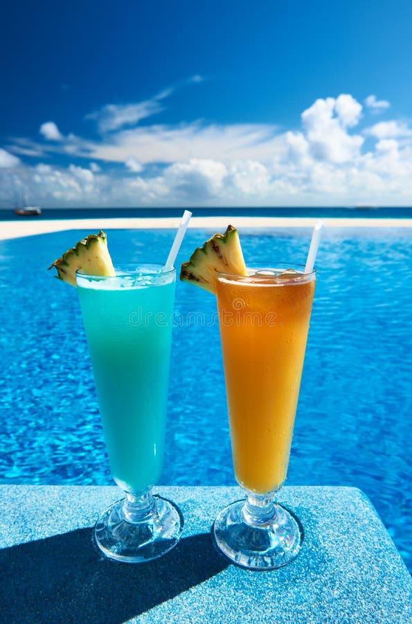 Download Het Zwembad Van Cocktails Dichtbij Stock Afbeelding - Afbeelding bestaande uit achtergrond, drank: 29504967