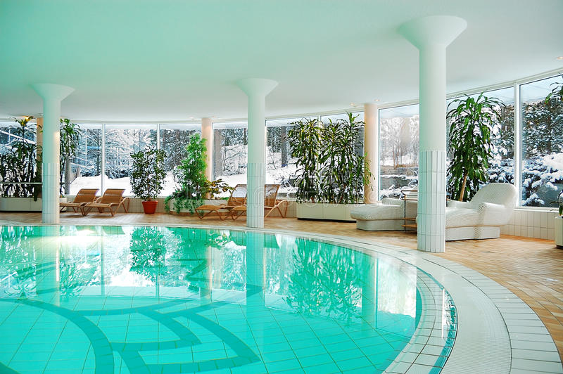 Het zwembad van de luxe stock afbeeldingen