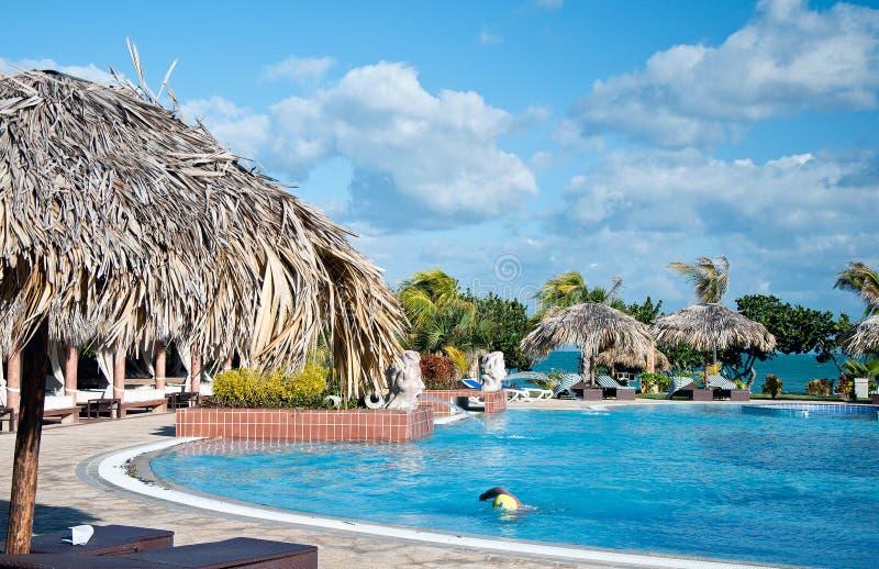 Het zwembad van de luxe door strandhotel in Cuba stock foto