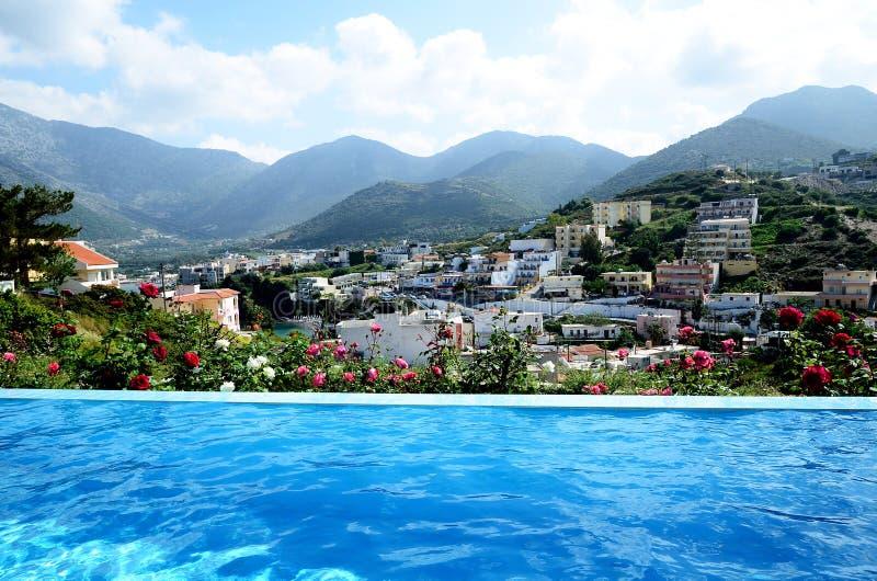 Het zwembad van de luxeoneindigheid bij een privé villa met mooie overzeese en bergmening royalty-vrije stock afbeelding