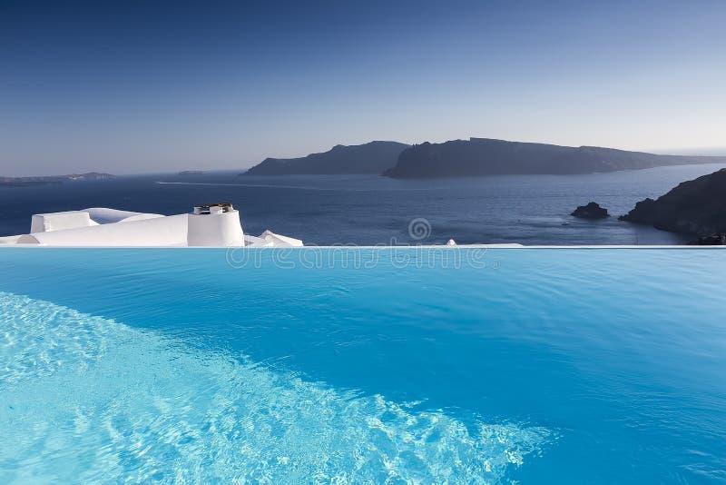 Het zwembad van de luxetoevlucht in Santorini, Griekenland stock foto
