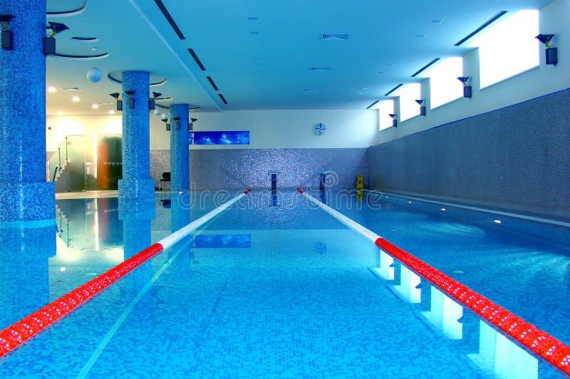Het zwembad van de sport in blauw royalty-vrije stock foto's