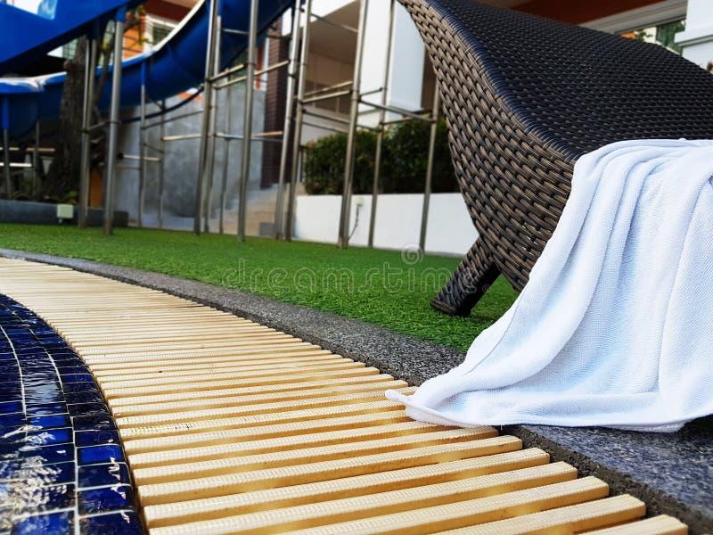 Het zwembad van het hotel met zonnige bezinningen royalty-vrije stock fotografie