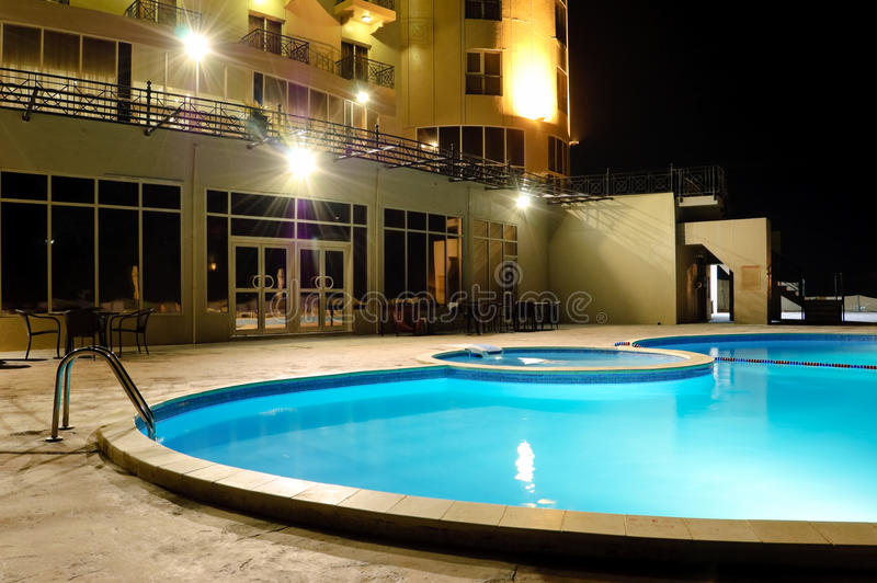 Het zwembad van het KUUROORD in nachtverlichting stock foto's