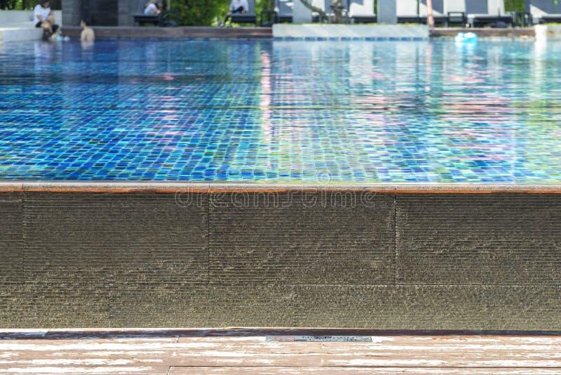 Het zwembad van het hotel met zonnige bezinningen stock afbeelding