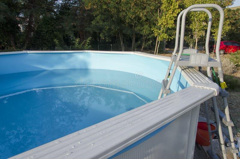 Het zwembad van het metaalkader klaar voor een bad royalty-vrije stock foto's