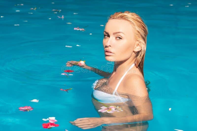 Het Zwembadconcept van het schoonheidsmeisje Reis Jonge vrouwen actieve vrije tijd - zwembadconcept Jonge mensen die pret hebben royalty-vrije stock foto