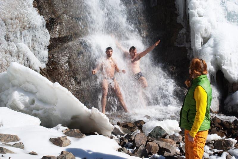 Het zwemmen in de winterwaterval stock foto's