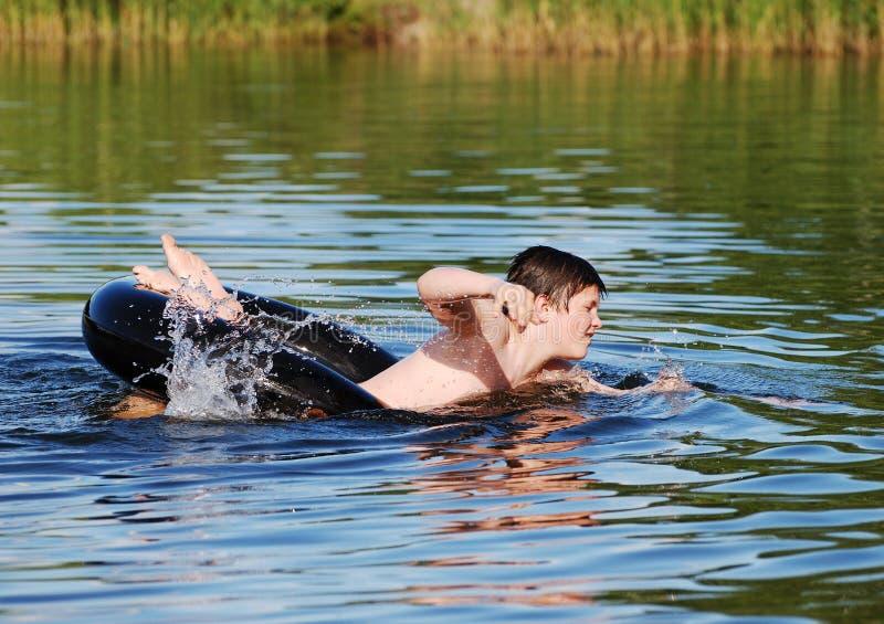 Het zwemmen met de Buis stock foto