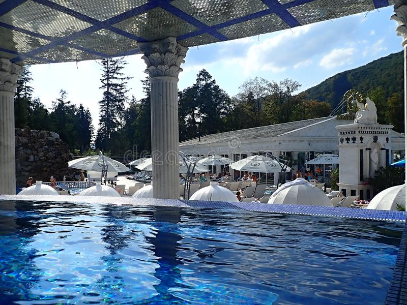 Het zwemmen in romantische baden van mooie waterfalls-Aphrodite Spa Rajecke Teplice wordt gevestigd in het midden van de schilder royalty-vrije stock afbeeldingen