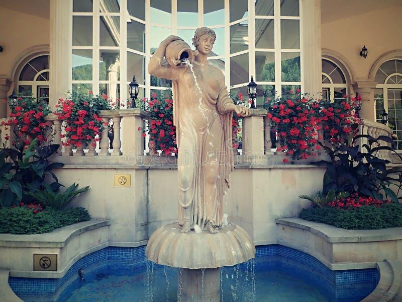 Het zwemmen in romantische baden van mooie waterfalls-Aphrodite Spa Rajecke Teplice wordt gevestigd in het midden van de schilder stock foto's
