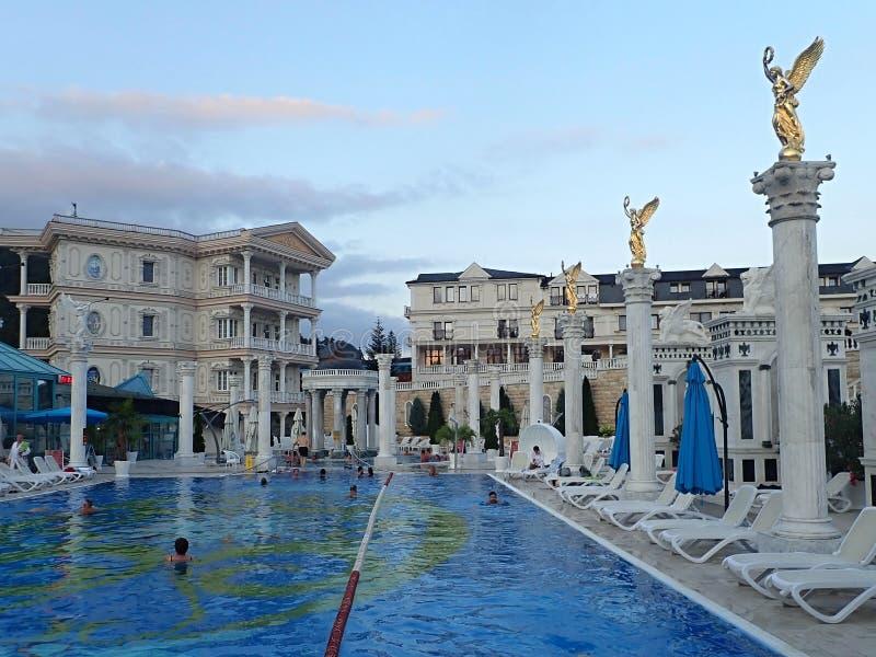 Het zwemmen in romantische baden van mooie waterfalls-Aphrodite Spa Rajecke Teplice wordt gevestigd in het midden van de schilder royalty-vrije stock foto