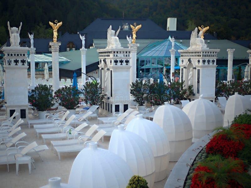 Het zwemmen in romantische baden van mooie waterfalls-Aphrodite Spa Rajecke Teplice wordt gevestigd in het midden van de schilder stock afbeelding