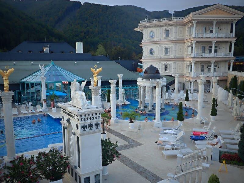 Het zwemmen in romantische baden van mooie waterfalls-Aphrodite Spa Rajecke Teplice wordt gevestigd in het midden van de schilder stock fotografie