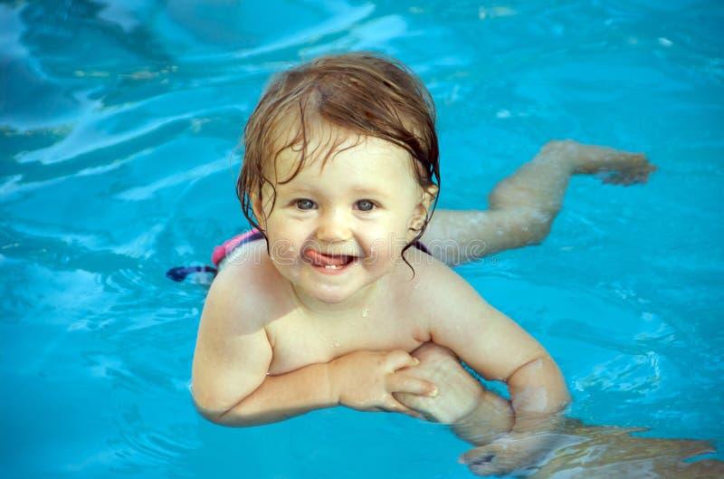 Het zwemmen van de baby stock foto