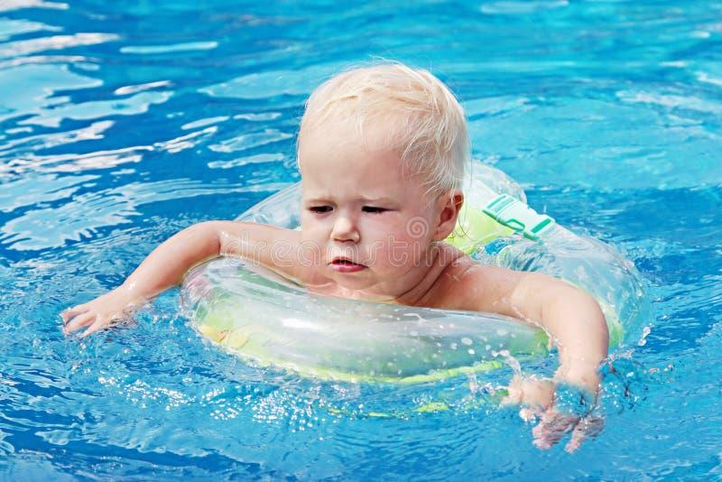 Het zwemmen van de baby royalty-vrije stock afbeelding
