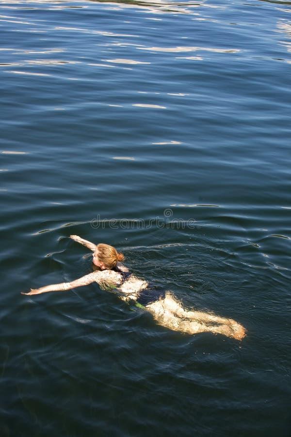 Het Zwemmen van de vrouw royalty-vrije stock afbeeldingen