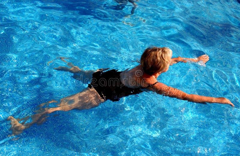 Het zwemmen van de vrouw stock foto