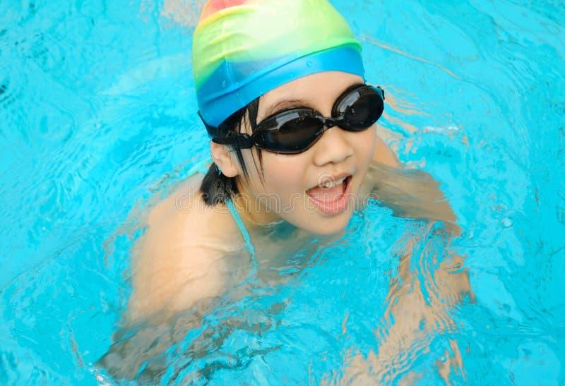 Het zwemmen van het kind stock fotografie