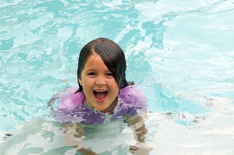 Het zwemmen van het meisje stock foto's