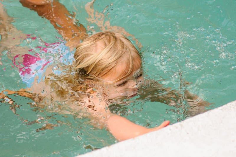 Het Zwemmen van het meisje royalty-vrije stock foto's