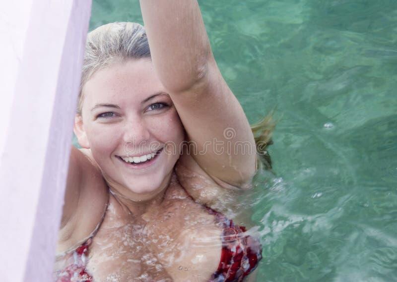 Het Zwemmen van het Meisje van de tiener stock foto's