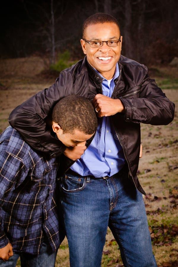 HetAmerikaanse vader en zoons spelen royalty-vrije stock fotografie