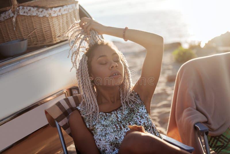 HetAmerikaanse vrouw echt verlicht voelen hebbend rust in aard stock foto's