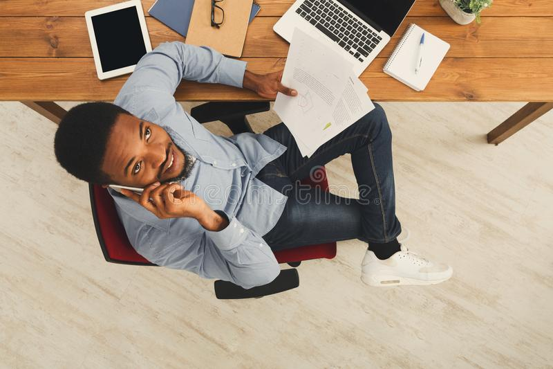 HetAmerikaanse zakenman typen op laptop royalty-vrije stock fotografie