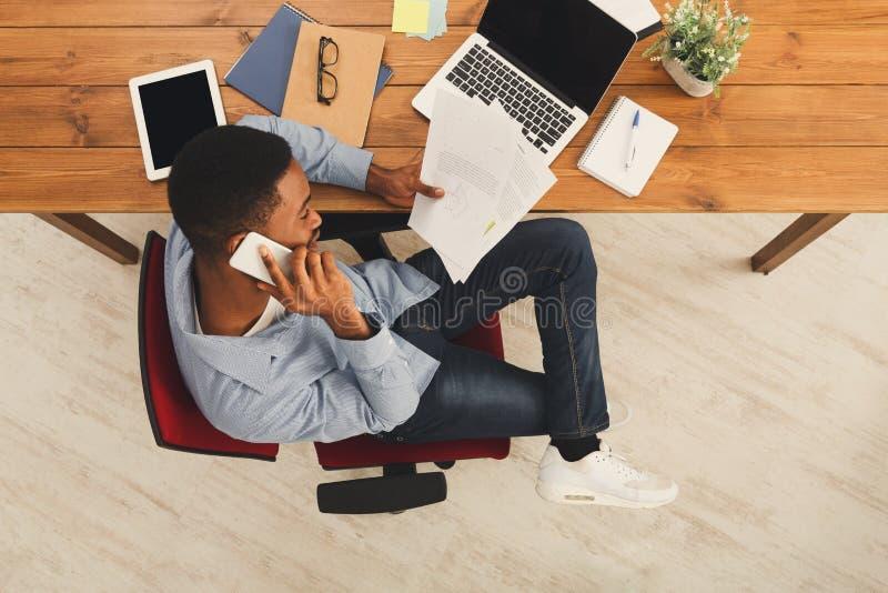 HetAmerikaanse zakenman typen op laptop royalty-vrije stock afbeelding