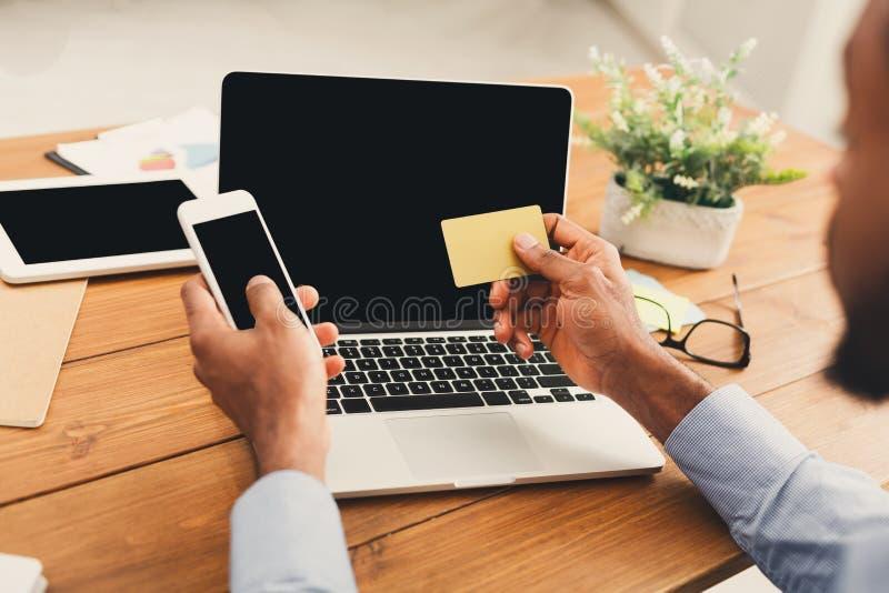 HetAmerikaanse zakenman typen op smartphone stock fotografie