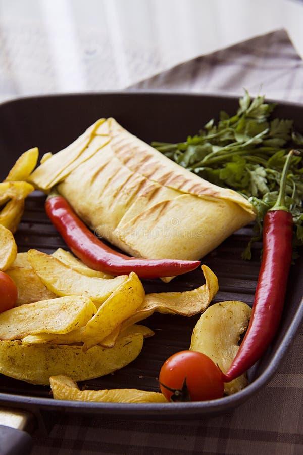Hete aardappel en burrito royalty-vrije stock afbeeldingen
