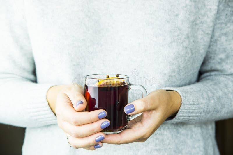 Hete alcoholische die Kerstmisdrank van wijn en kruiden met oranjerode overwogen wijn wordt gemaakt royalty-vrije stock foto's