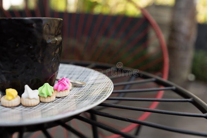Hete Americano-koffie met cremabovenkant in een elegant zwart glas surr stock foto