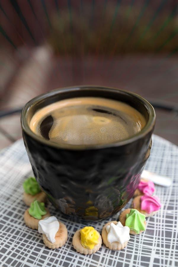 Hete Americano-koffie met cremabovenkant in een elegant zwart glas surr stock foto's