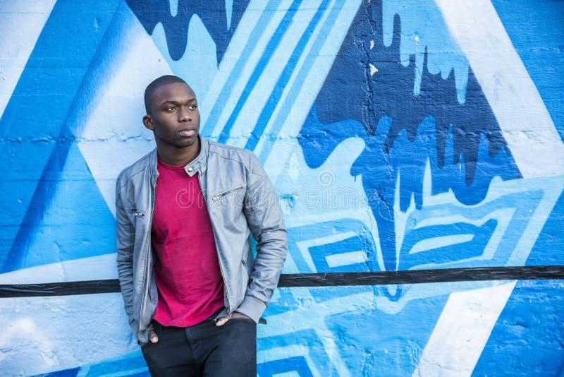 Hete bleekgele zwarte mensen stellende buitenkant in stad royalty-vrije stock afbeeldingen