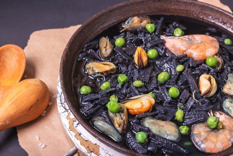 Hete bouillon met spDelicious soep van zwarte eigengemaakte noinach groene ravioli en groene peterselie Italiaanse keuken Op een  stock foto's