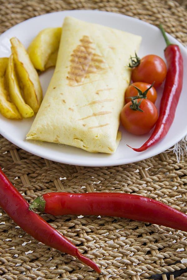 Hete burrito en gebraden die aardappel met tomaat en Spaanse peper wordt gediend stock afbeeldingen