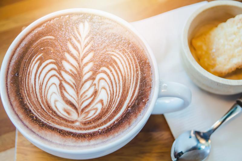 Hete cacao die vers melk en brood in een koffie in de ochtend vullen royalty-vrije stock foto's