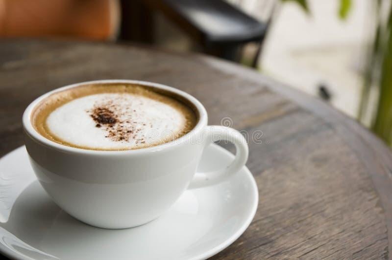 Hete cappuccino's bij openluchtkoffie royalty-vrije stock afbeeldingen