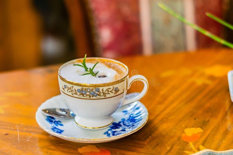 Hete cappuccino in witte ceramische kop op de houten lijst, bovenkant vi stock afbeelding