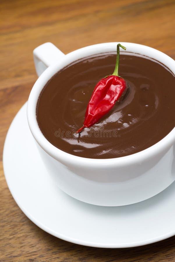 Hete chocolade met Spaanse peperpeper op een houten achtergrond, close-up royalty-vrije stock afbeeldingen
