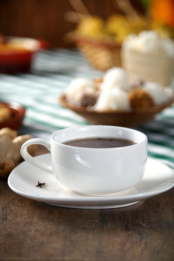 Hete chocolade op de Lijst met één of andere heerlijke Braziliaan Het Thema van Festajunina stock afbeeldingen