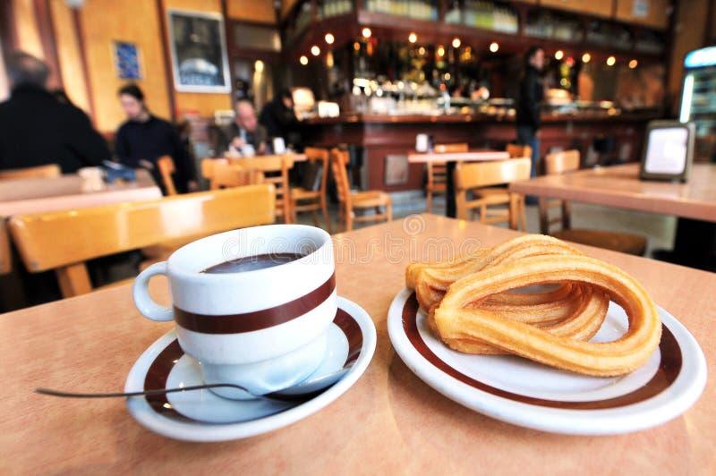 Hete chocoladedrank servd met Spaanse doughnut stock afbeeldingen
