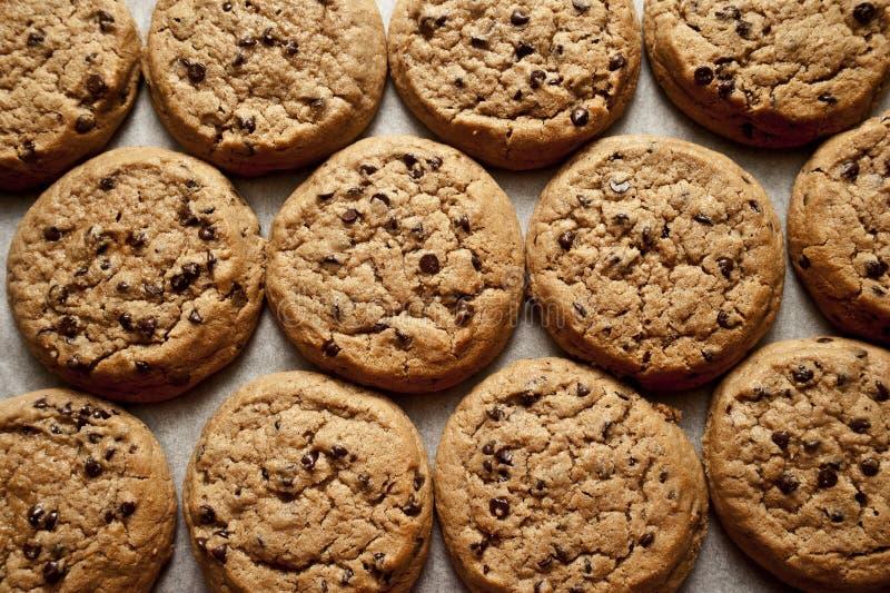 De koekjes van de chocolade op bakseldocument royalty-vrije stock afbeelding