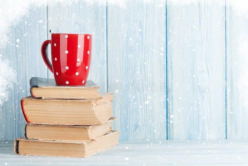 Hete chocoladekop op boeken stock foto
