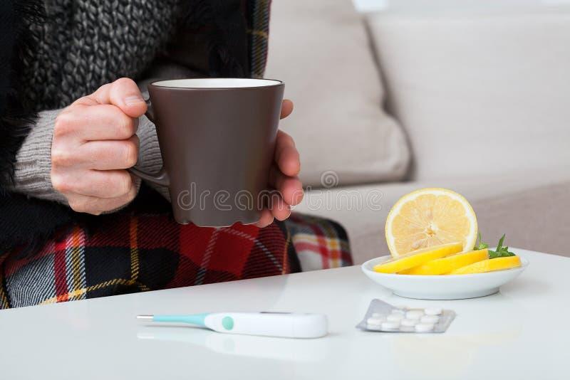 Hete citroenthee, thermometer en medicijn royalty-vrije stock afbeeldingen