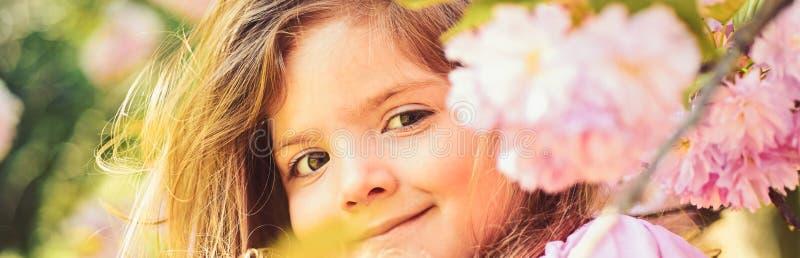 Hete dag de lente weervoorspellingsgezicht en skincare Allergie voor bloemen Meisje in de zonnige lente Klein kind royalty-vrije stock foto
